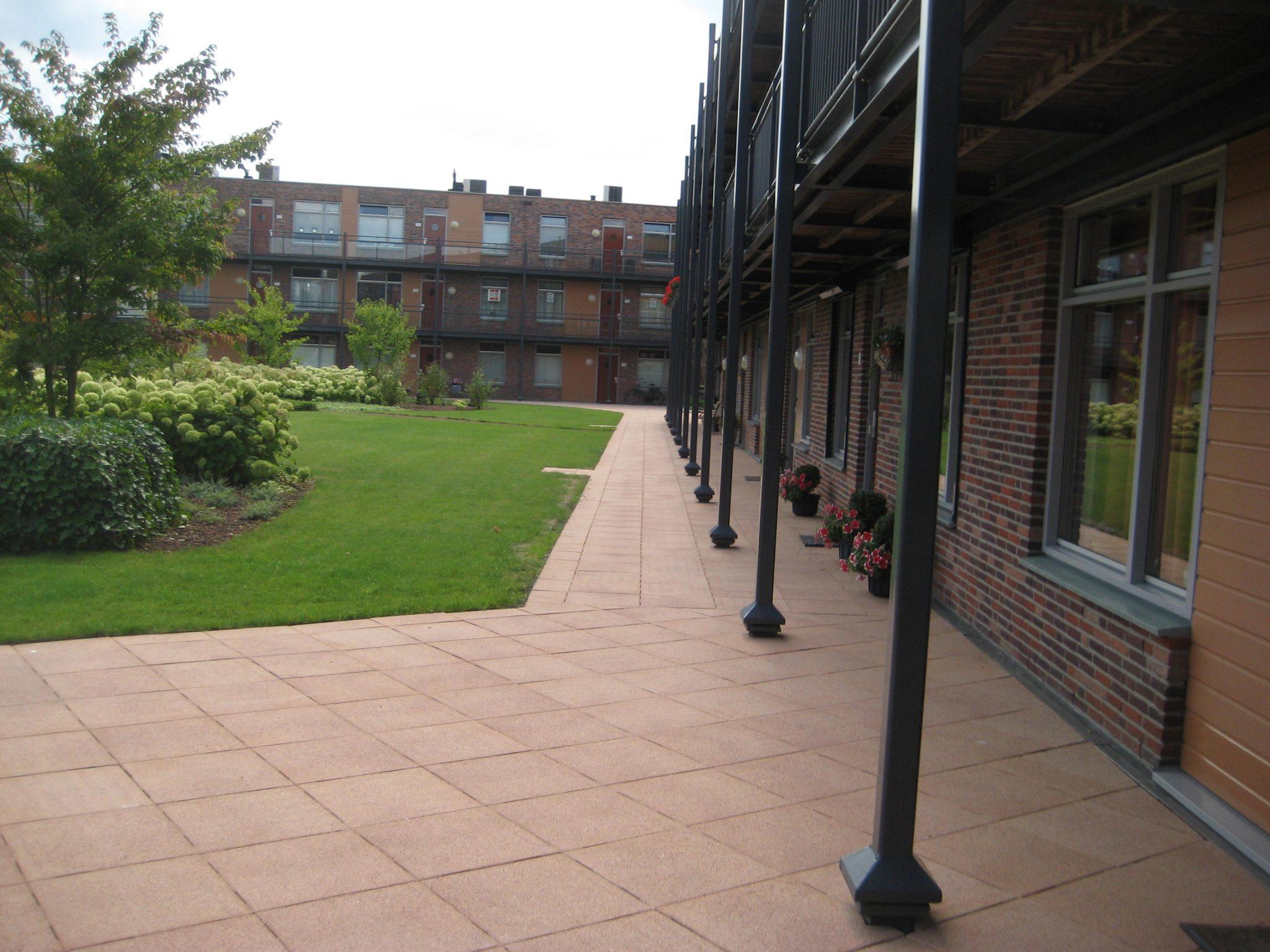 Ophogen van galerijen terrastegels laten leggen tegels for Tegels vlissingen