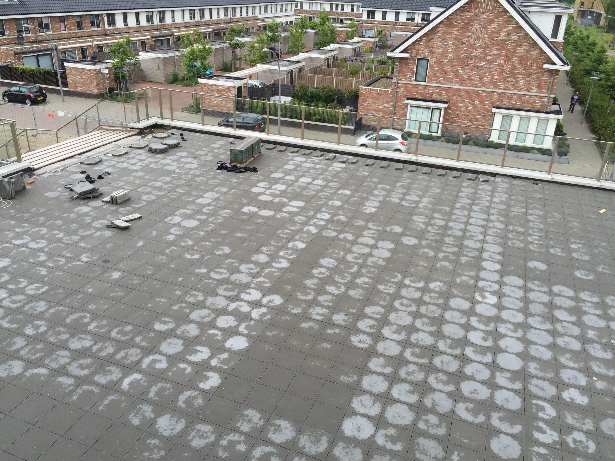 Tegels Over Tegels : Ophogen van galerijen terrastegels laten leggen tegels op dak