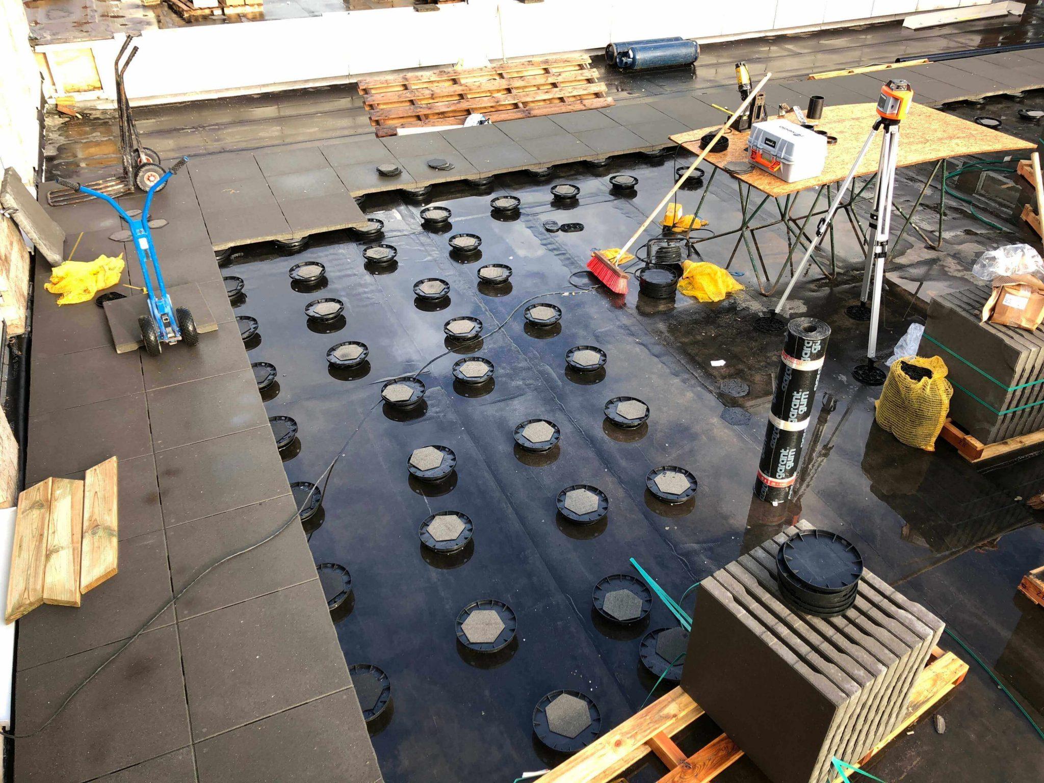 Tegels Laten Leggen : Ophogen van galerijen terrastegels laten leggen tegels op dak